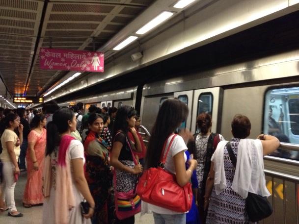 Eerste voertuig van de metro gereserveerd voor (mad) 'Women Only'