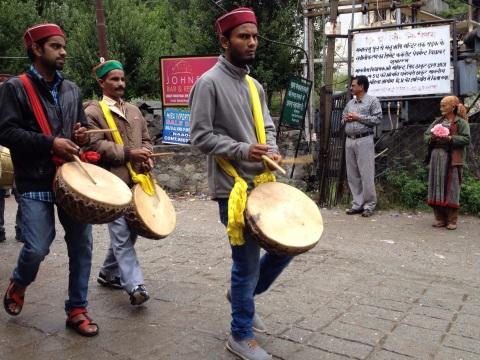 Hindu's op weg naar tempel Hidimba Devi om dier te offeren
