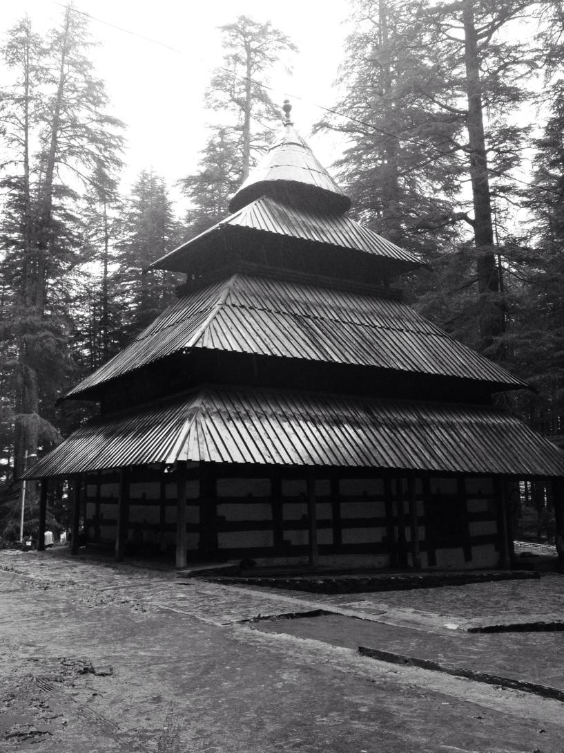 Hidimba Devi waar dag ervoor, naar jaarlijkse traditie, dier werd geofferd