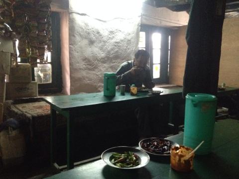 Opwarmen in Khoksar bij 2 porties dahl met rijst