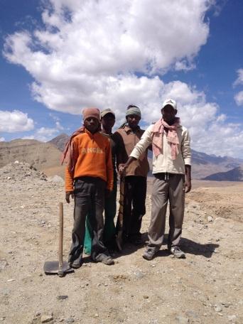 BRO (Boarder Roads Organisation) arbeiders lassen pauze in met vraag of ze op de foto mogen