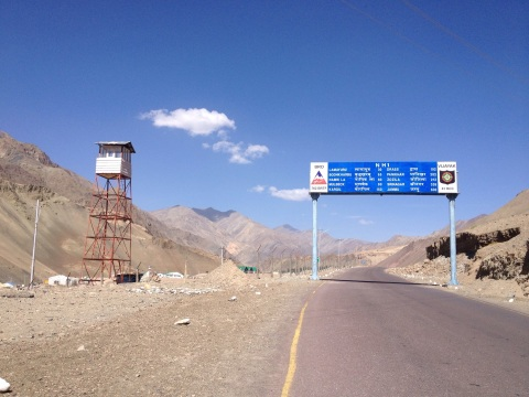 Het leger alomtegenwoordig op de Leh-Srinagar Highway