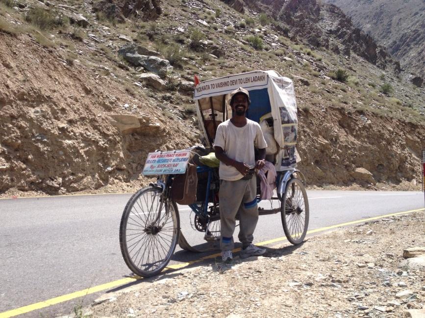 Mijn held, Satyen Das, fietst voor wereldvrede met zijn riksja van Calcutta naar Leh. Een zalig man
