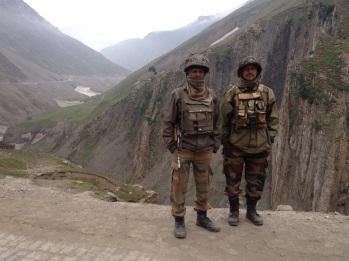 Militairen om elke (berg)hoek. De dag voordien waren er nog 75 legertrucks uitgereden om 20km verder te vechten tegen Pakistani