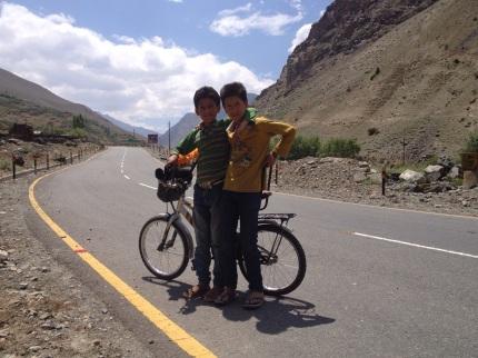 Mudasir (13) en Anwar (13), dikke (fiets)vrienden @Shimsa