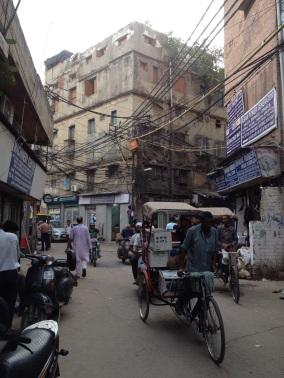 Man op ladder zoekt fout #electriciteitspanne