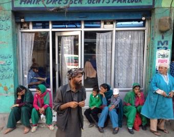 Herenkapsalon. Tevreden klant met sjaal op hoofd