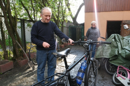 In Ghent, Rotterdam and Rabka (Poland) they tried to fix that annoying sound of my peeping brakes. In the end nobody succeeded, till I met this bike mechanic Jan Pajor in Chabówka, my hero of the day. He kissed my hand when saying goodbye. I melted #Poland