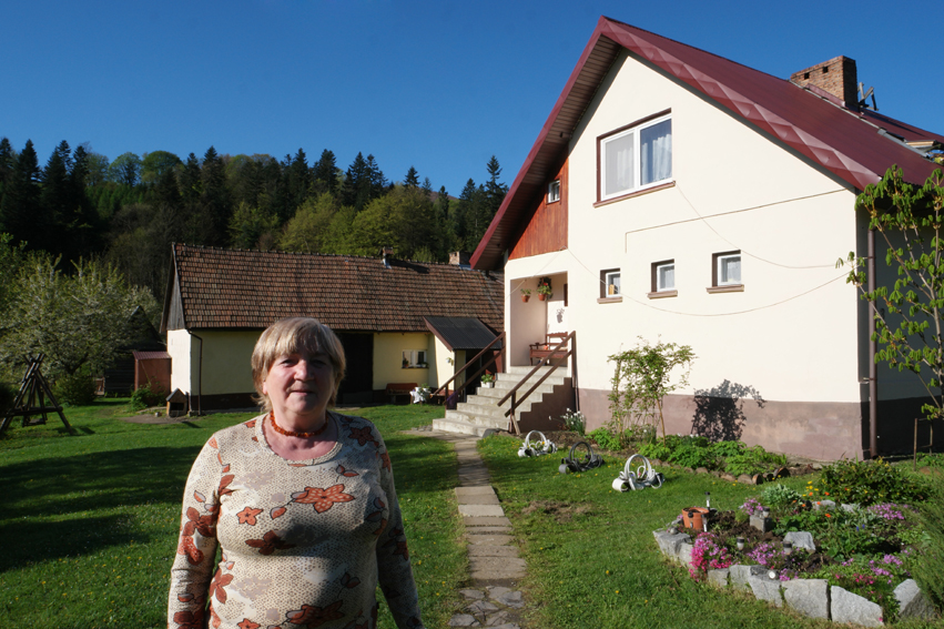 This is the woman of the cabin. Her husband and son (who spoke a bit English) pampered me with a couple of hot teas, a real bed and a dry night. A good souvenir for the last Polish night #Poland