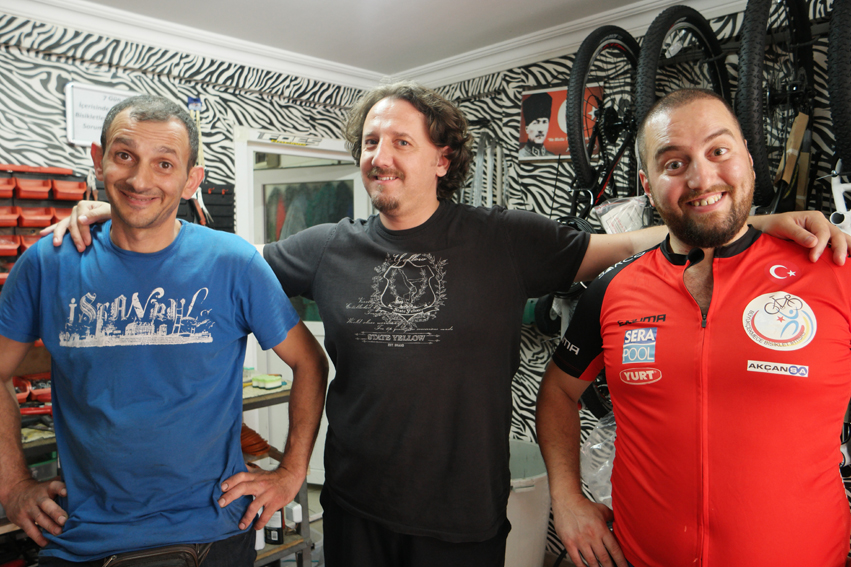 May I present you, the nicest guys from the best bike repair shop in Istanbul/Büyükçekmece (Sena Bisiklet). Really, you have to go there when you're around. They were just fabulous. Erkan (the man on the left side) is faster than his shadow when it concerns bike repairing. They spolied me so much. Not only with a nice hour in their shop, a free bike maintenance but also with Turkish Delight. Thank you so much guys #Turkey