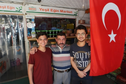 I had some lovely cycling along the river Euphrate. I entered the beautiful village Kemaliye, and passed by this 'market'. Osman, the boy right, spoke very well English and was really kind. He is studying in Ankara. It was his fathers shop (in the middle). I wanted to buy one, max. two roll(s) of toiletpaper (it's hard to carry six rolls). They only had packages of six. But suddenly they found a package of two, old, dusty rolls. They didn't dare to sell it to me, so gave it as a present. How sweet! While I was sitting in front of the shop, eating bread and cheese. They came over with cheese from the region, a present as well. When I left, they quickly gave me a bag full of dried mulberries. I was way too spoiled by this lovely family #Turkey