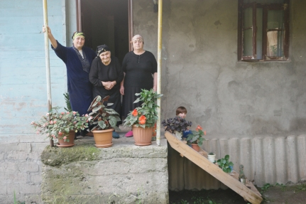 It was in the same house in Riketi the great grandmother Jolie (85, in the middle of the picture), really loved hugging me. She is, for sure, the sweetest elderly lady of. I instantly loved her. #Georgia