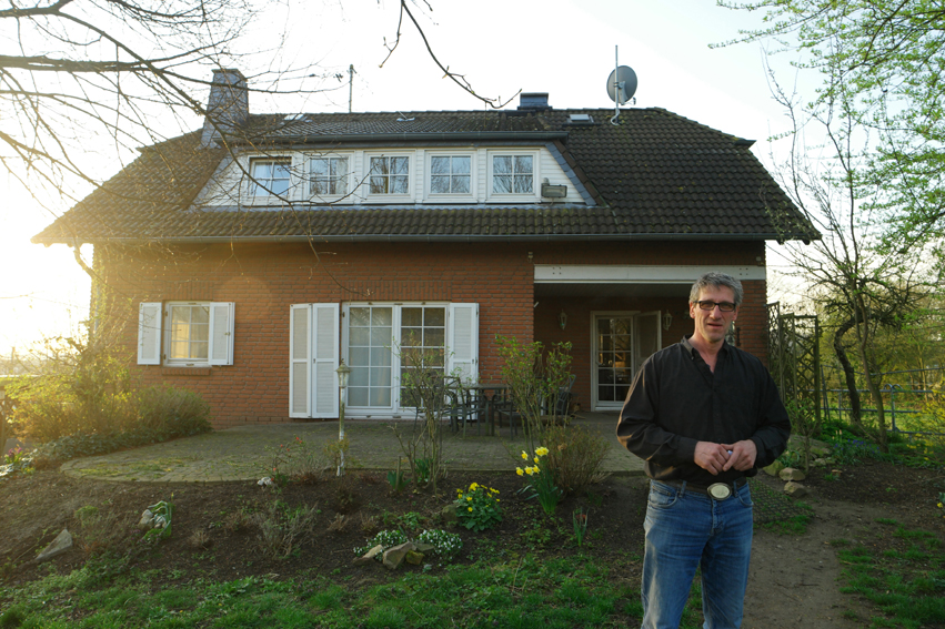 Be awakened by the neighing of a horse was slightly different than the singing of birds. After a rainy day I was so glad that this kind man, owner of 50 horses, let me sleep in his stable… on a bed. To ease my conscience, I wiped the stable😉 #Germany