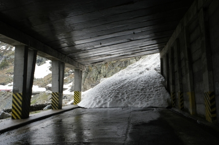 I had to go to the tunnel, to go to the other side of the pass. But first I had to push my bike a bit through some snow #Transfăgărășan #Romania