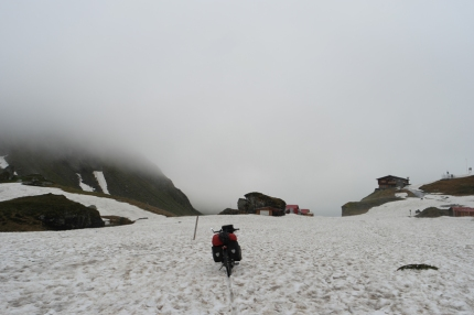 Snow and snow and snow and oh yeah, mist too. Pushing my bike the first 500 meter #Transfăgărășan #Romania