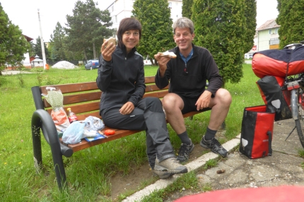 When I left Cârțișoara, I met Andreas (German) on the road. Without knowing him I already followed his Facebook page (cycleguide). Great to meet him in real. We had a picknick and cycled a couple of hours together. Good times #Romania