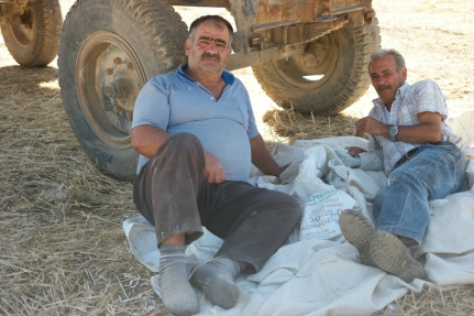 These men were having a break in the shade next to drying sunflower seeds. I asked them if I could take a picture from the seeds. We started talking a bit and I got some explanation of the procedure. They gave me a bag with seeds for the road. Way to much seeds, way to much kilos, but grateful #Turkey