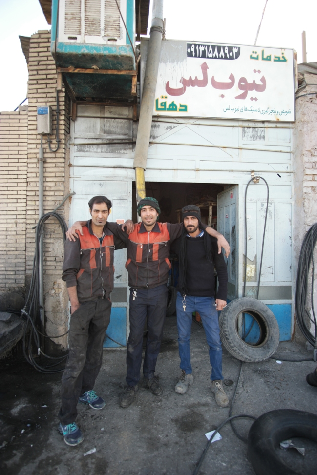 I'm not carrying all the tools I need. Instead I go to the nearest garage when I need a giant Allen key for my Pinion. The guys didn't had one either, but looked for one in the surrounding garages. They came back with the right one and did the maintenance of my bike too #spoiled #Iran