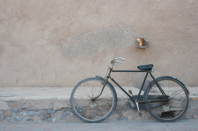 Oman is a country where 46% of the population is expat. Among them you find a lot of Indian, Pakistani and Bengali people. They earn very little money and send it to their families in their homeland. No money for a car, instead lots of them cycle this typical 'Atlas' bicycle #Oman