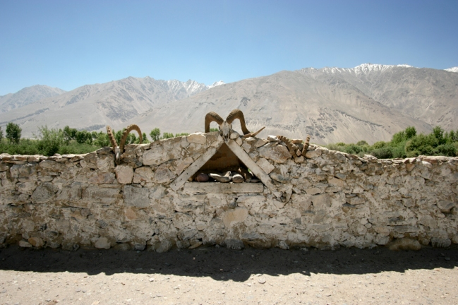 Villages in the Wakhan Valley alternate with shrines with impressive ibex or sheep horns that flash you back to Zoroastrian times. Nowadays Central-Asia's religion is Islam #tajikistan
