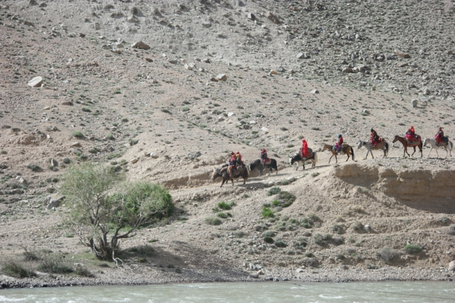 On the Afghan side: caravanes of yaks, horses, camels and women in colourful dresses #wakhancorridor #tajikistan